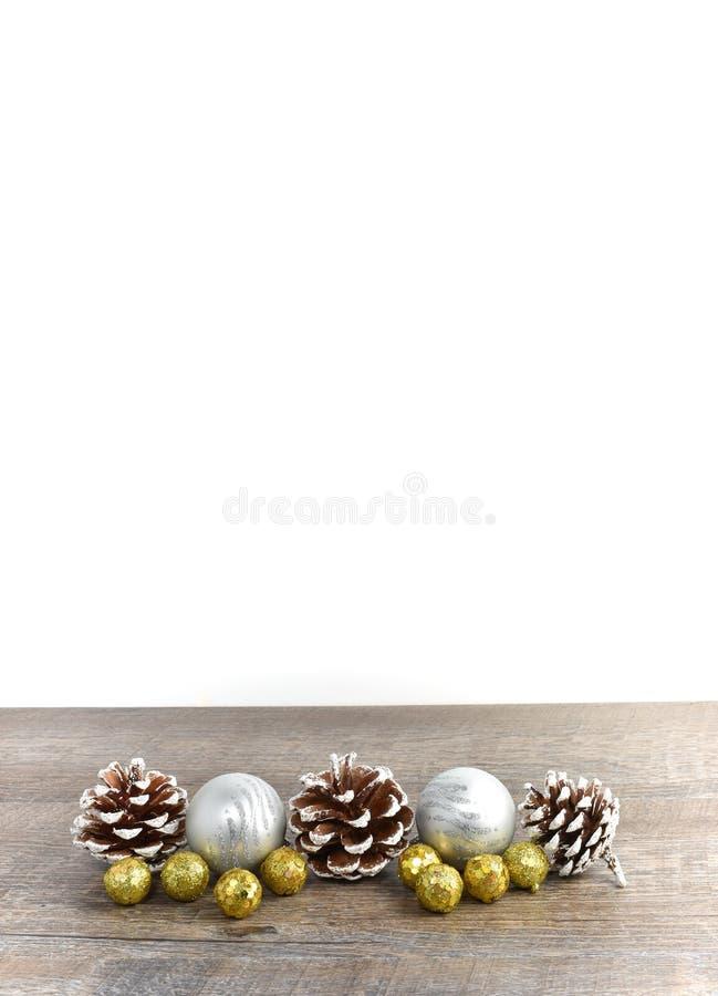 La escena de la Navidad incluyendo conos del pino y los ornamentos en rústico cortejan imagen de archivo