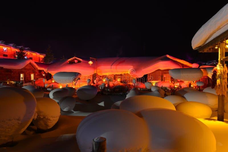 La escena de la noche del pueblo de la nieve en Heilongjiang imagenes de archivo