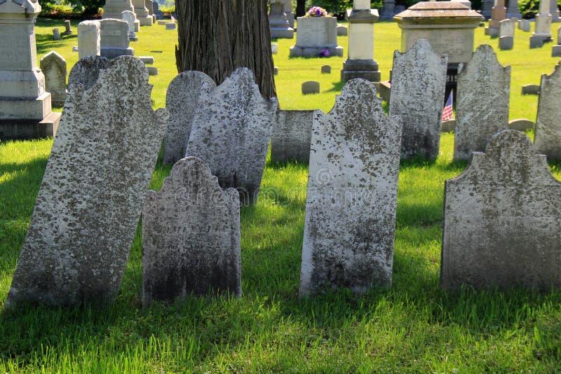 La escena pacífica con las lápidas mortuorias y las tumbas resistidas viejas fijó en el cementerio revolucionario de la guerra, S fotografía de archivo libre de regalías