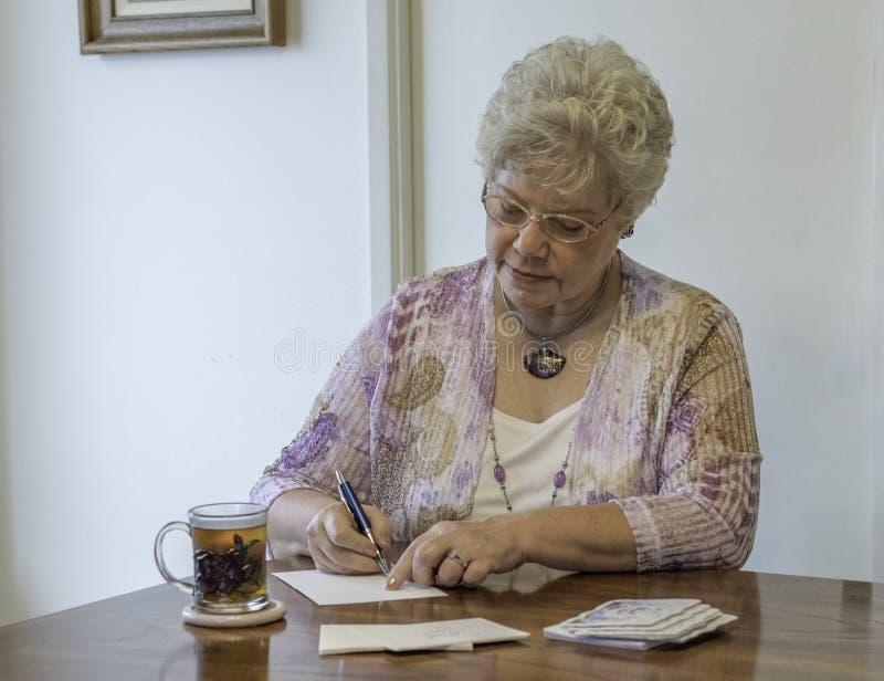 La escritura de la mujer le agradece las notas fotografía de archivo