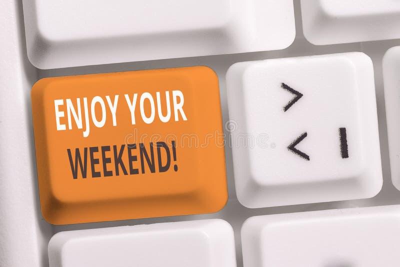La escritura del texto de la escritura disfruta de su fin de semana Significado del concepto que desea alguien que algo agradable fotos de archivo libres de regalías