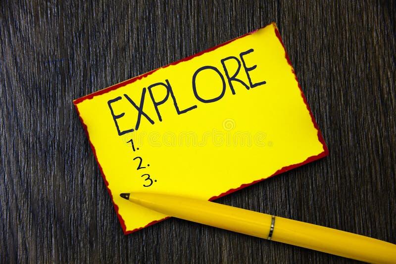 La escritura del texto de la escritura explora El viaje del significado del concepto en alguna parte desconocido aprender sobre é imágenes de archivo libres de regalías