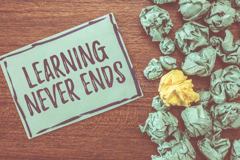 La escritura del texto de la escritura que aprende nunca termina Vida de significado del concepto de largo educativa y oportunida foto de archivo libre de regalías