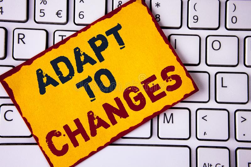 La escritura del texto de la escritura se adapta a los cambios Concepto que significa la adaptación innovadora de los cambios con imagen de archivo libre de regalías