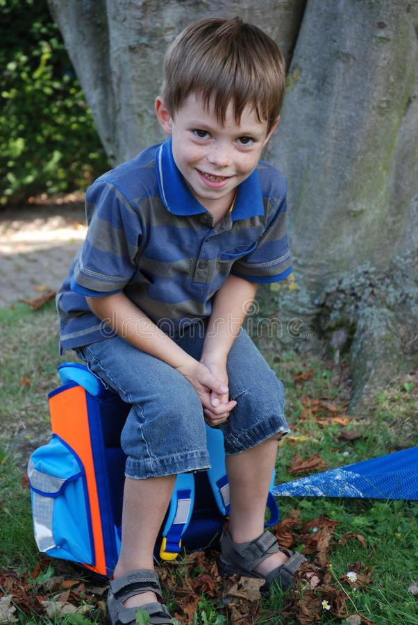 La escuela comienza, muchacho en su primer día en la escuela fotografía de archivo libre de regalías