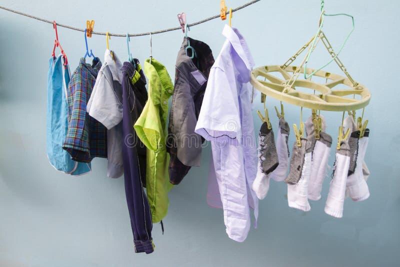 La escuela está abierta durante la estación de lluvias Debe secar tan la ropa en la sombra foto de archivo