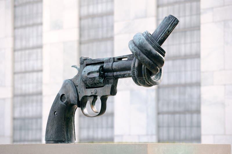 La escultura anudada del arma en Naciones Unidas imagen de archivo