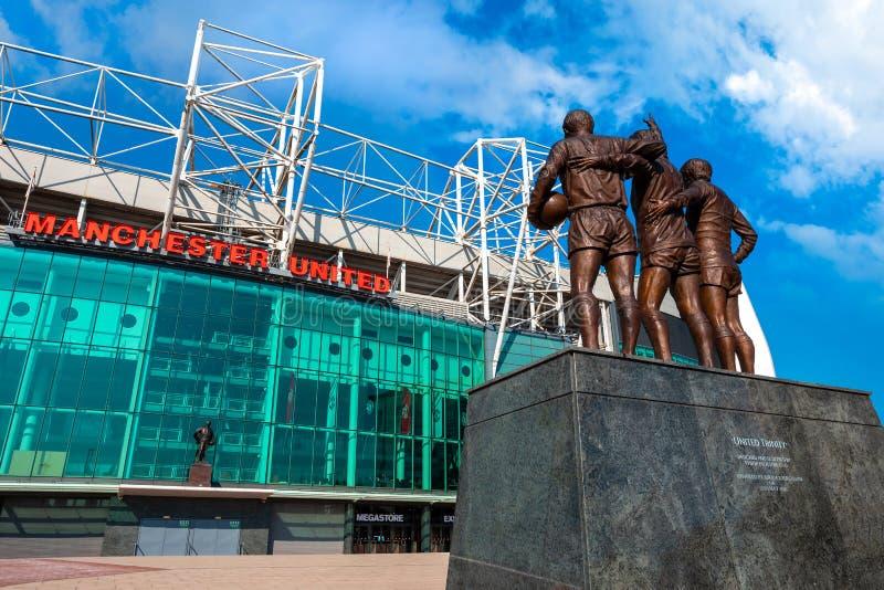 La escultura de bronce unida de la trinidad en el estadio viejo de Trafford en Manchester, Reino Unido imágenes de archivo libres de regalías