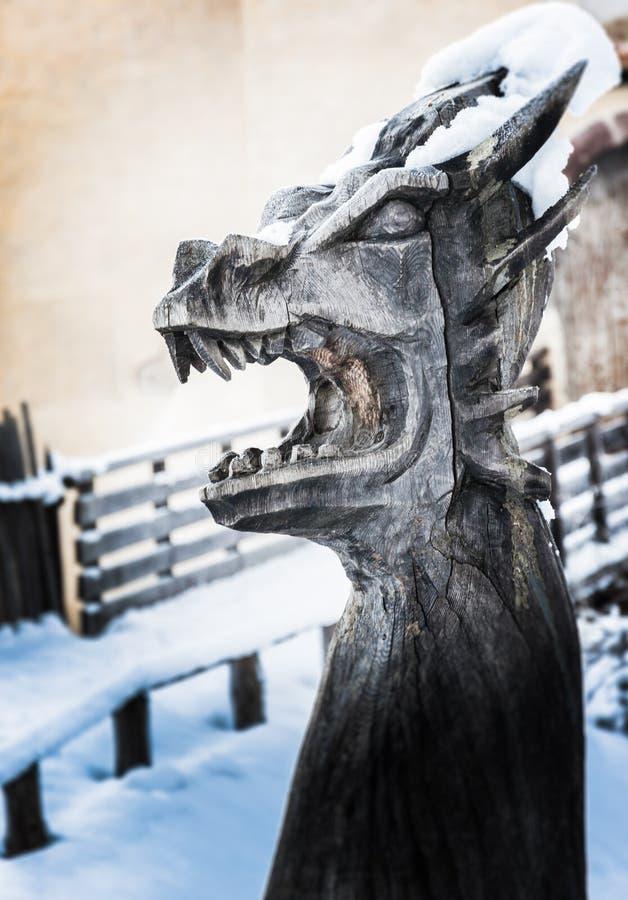 La escultura de madera principal del dragón imagenes de archivo