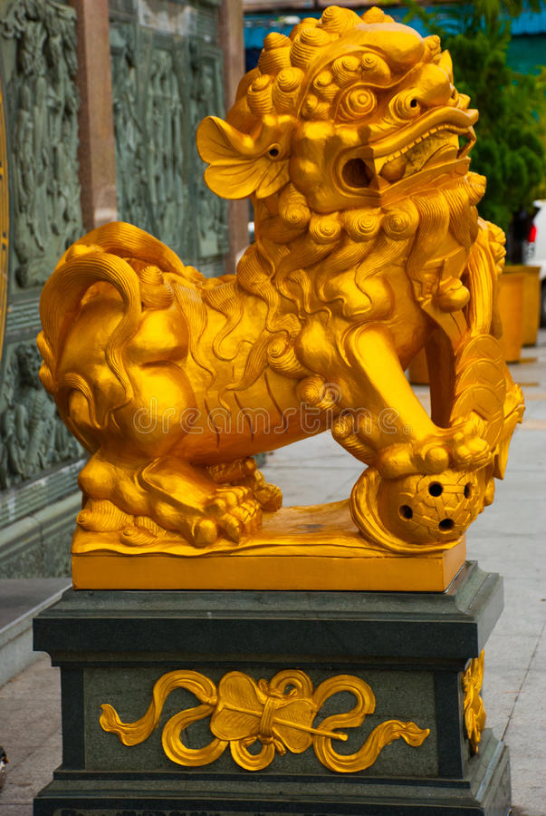 La escultura de oro en la entrada Tua Pek Kong Chinese Temple Ciudad de Bintulu, Borneo, Sarawak, Malasia imagenes de archivo