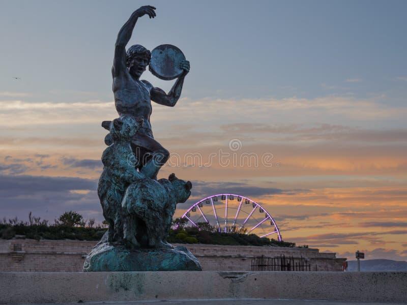 La escultura de Playing Tambourine Bronze del instructor del oso de Louis Botinelly 1911 fotos de archivo