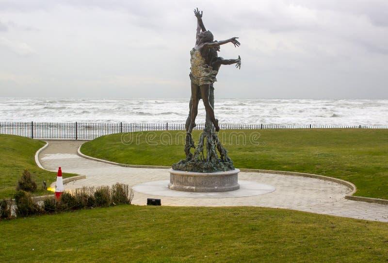 La escultura famosa del viento y del mar en los argumentos de Slieve Donard Hotlel imágenes de archivo libres de regalías