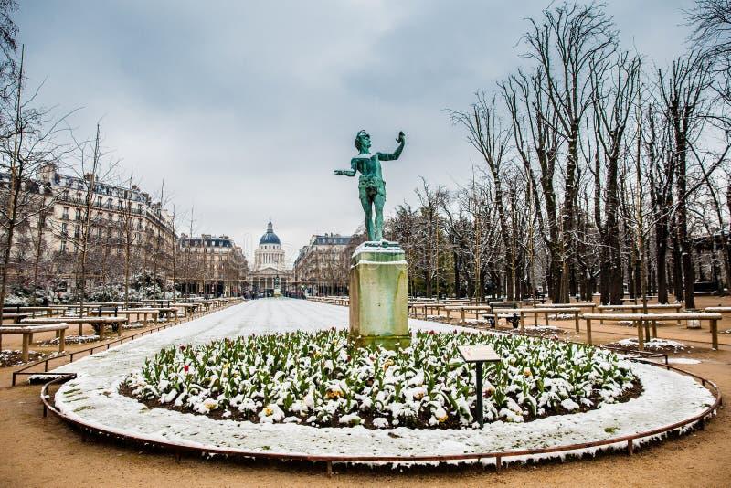 La escultura griega del actor en el jardín del palacio de Luxemburgo en un día de congelación del día de invierno momentos antes  fotos de archivo libres de regalías