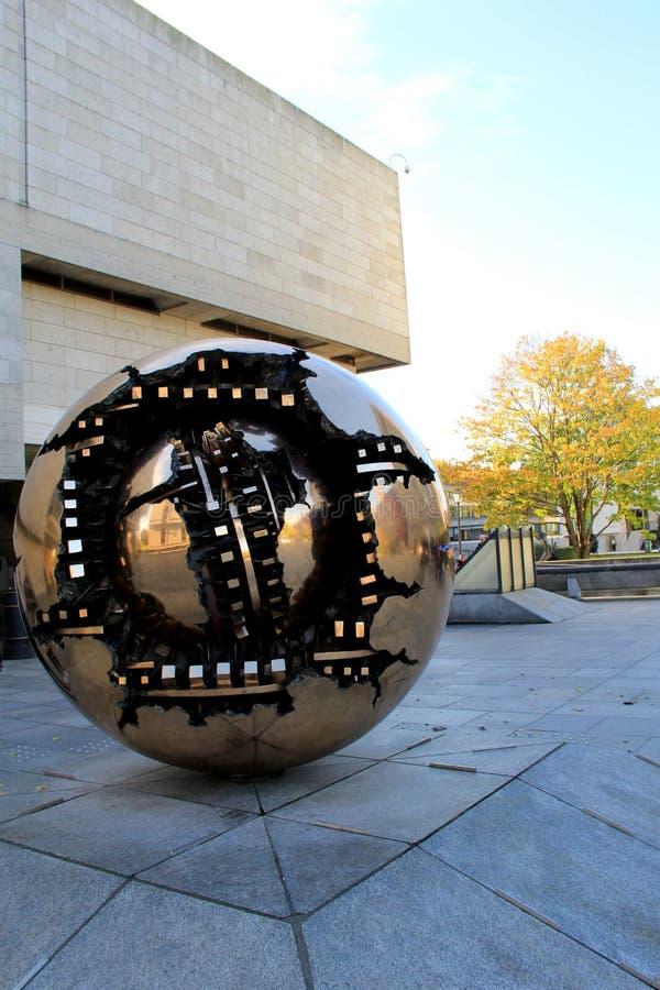 La escultura tituló 'esfera dentro la universidad de la trinidad de una esfera', Dublín, Irlanda, caída, 2014 imágenes de archivo libres de regalías