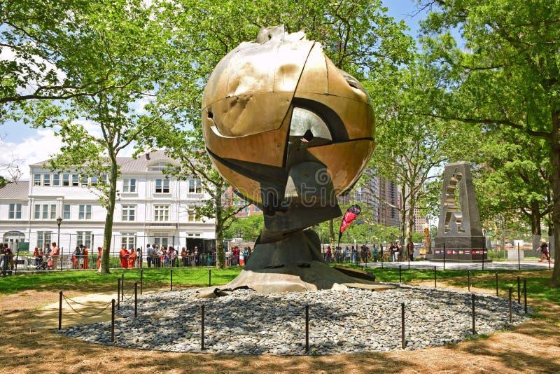 La esfera es una escultura metálica grande exhibida en el parque de batería, New York City imagen de archivo