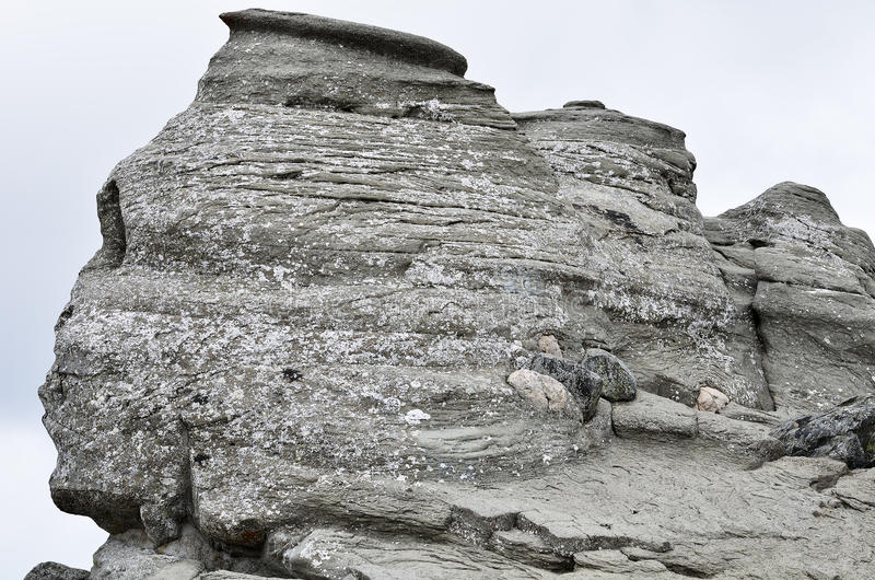 La esfinge rumana, fenómeno geológico formó con la erosión, montañas de Bucegi imágenes de archivo libres de regalías