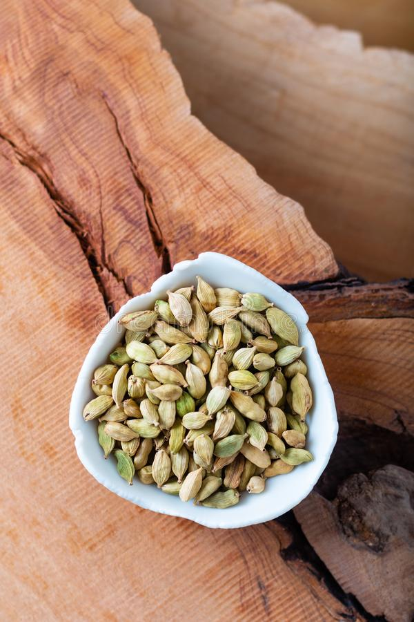 La especia sana del aroma del concepto de la comida secó los cardamomos en el fondo de madera fotografía de archivo libre de regalías