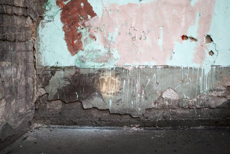 La esquina de un abstracto vacia el interior urbano abandonado imagen de archivo