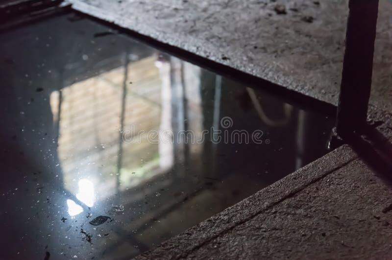 La esquina oscura de la piscina fotos de archivo