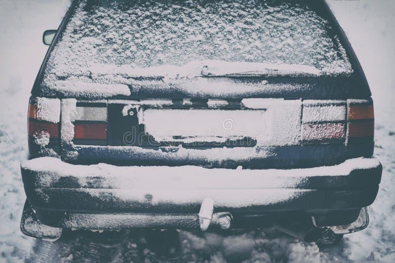 La estación blanca del invierno llegó en Europa, él nevó todo el día Una ventisca ha creado las mantas de las nevadas fuertes vis fotos de archivo libres de regalías