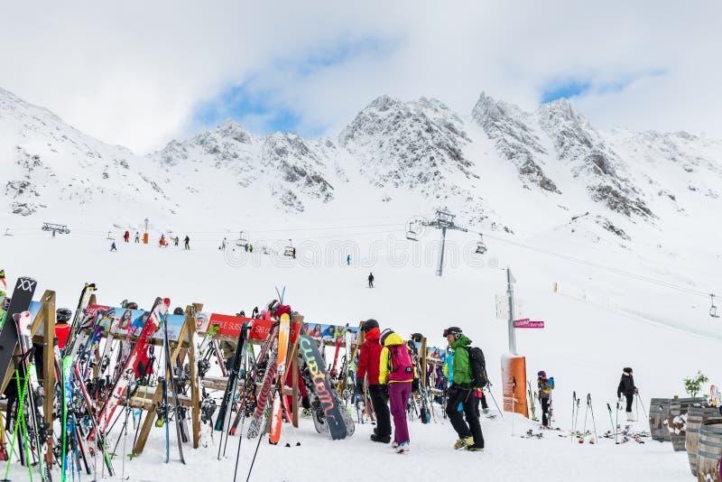 La estación de esquí en las montañas suizas acerca a Restaurant Le Dahu foto de archivo