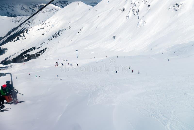 La estación de esquí en las montañas suizas acerca a Restaurant Le Dahu imagen de archivo libre de regalías