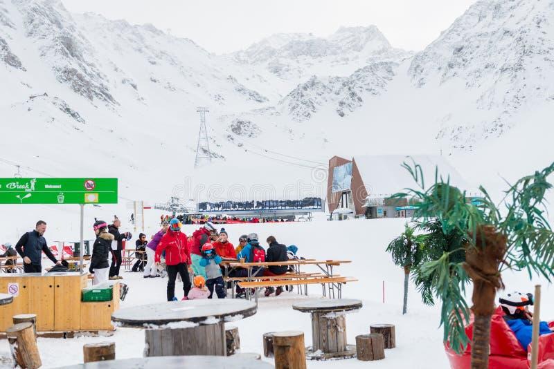 La estación de esquí en las montañas suizas acerca a Restaurant Le Dahu fotos de archivo libres de regalías