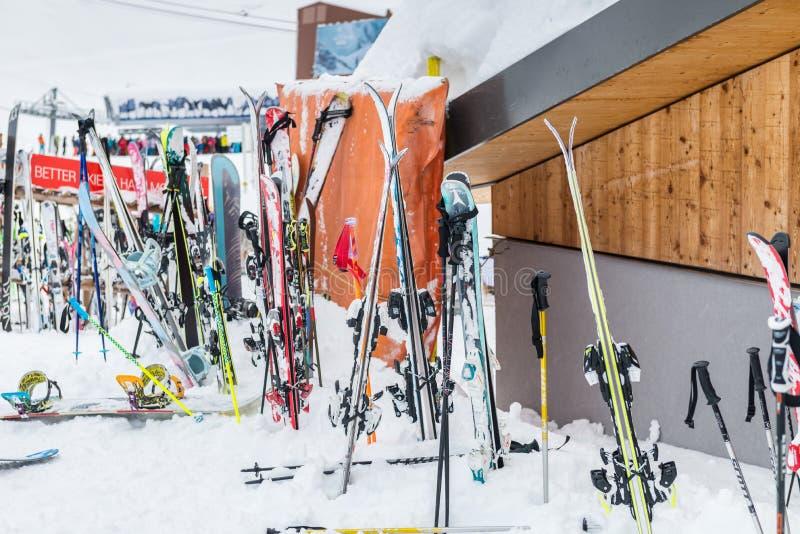 La estación de esquí en las montañas suizas acerca a Restaurant Le Dahu fotos de archivo