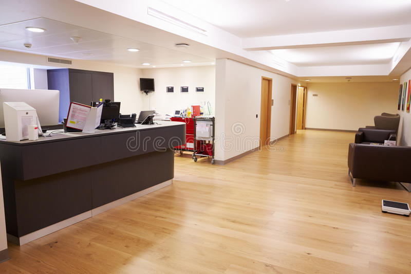 La estación de la enfermera vacía en hospital moderno imagen de archivo