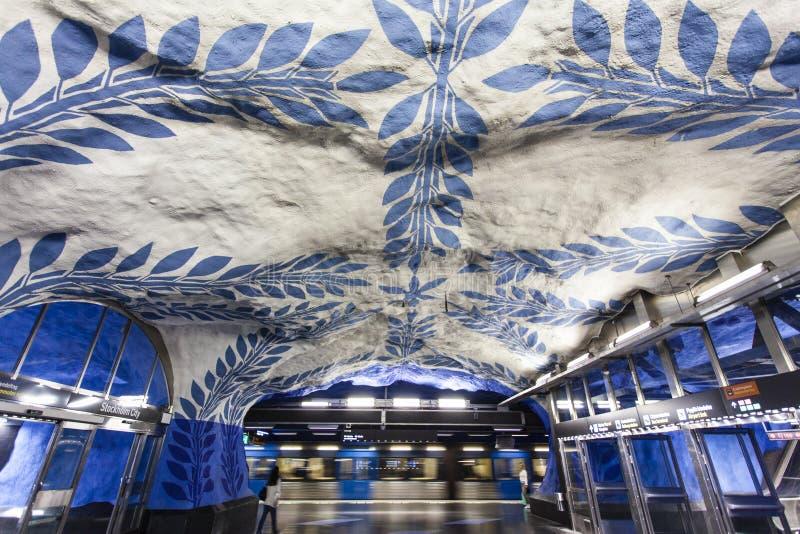 La estación de metro adornada azul y blanca hermosa T-Centralen Tcentralen en la estación central de Estocolmo, Suecia foto de archivo libre de regalías