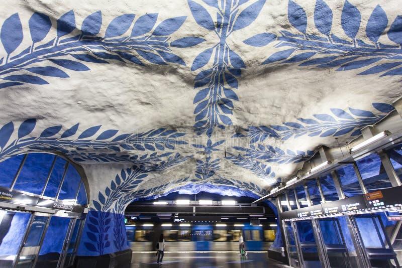 La estación de metro adornada azul y blanca hermosa T-Centralen Tcentralen en la estación central de Estocolmo, Suecia imagen de archivo