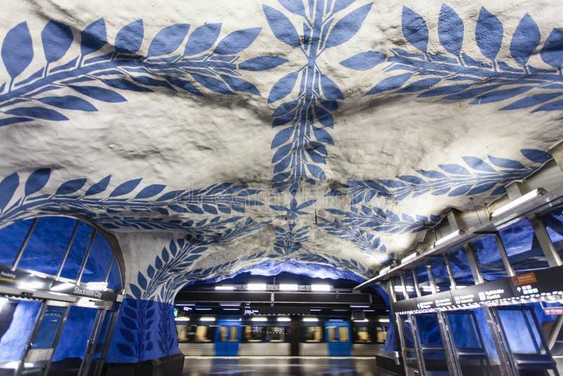 La estación de metro adornada azul y blanca hermosa T-Centralen Tcentralen en la estación central de Estocolmo, Suecia foto de archivo