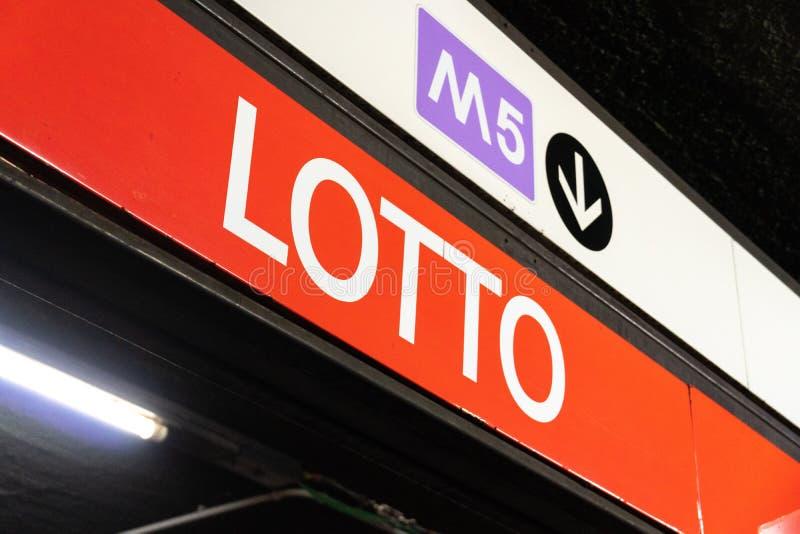 La estación de metro de la loteria firma adentro Milán, Italia septentrional imagen de archivo