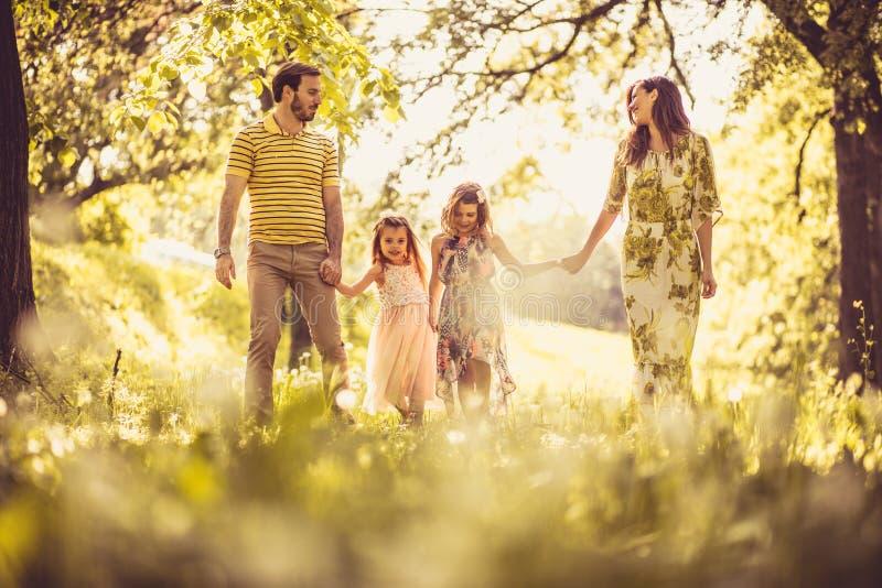 La estación de primavera es la mejor época del año para la familia imagen de archivo