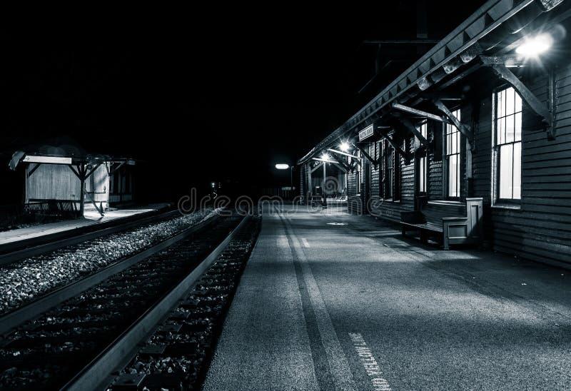 La estación de tren en la noche, el transbordador de Harper, Virginia Occidental foto de archivo