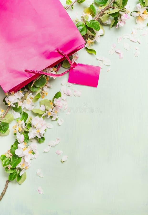 La estación de ventas en la tienda, el verano hermoso de los panieres rosados florece, texto del espacio imagen de archivo