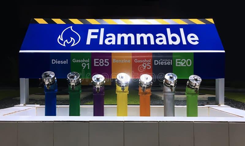 La estación inflamable del depósito de gasolina imagen de archivo libre de regalías