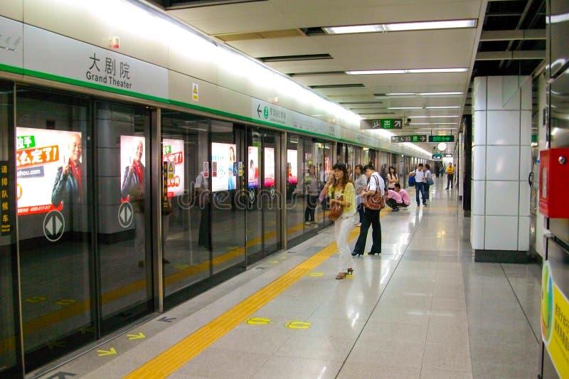 La estación magnífica del teatro (Dajuyuan) del metro de Shenzhen en China imágenes de archivo libres de regalías