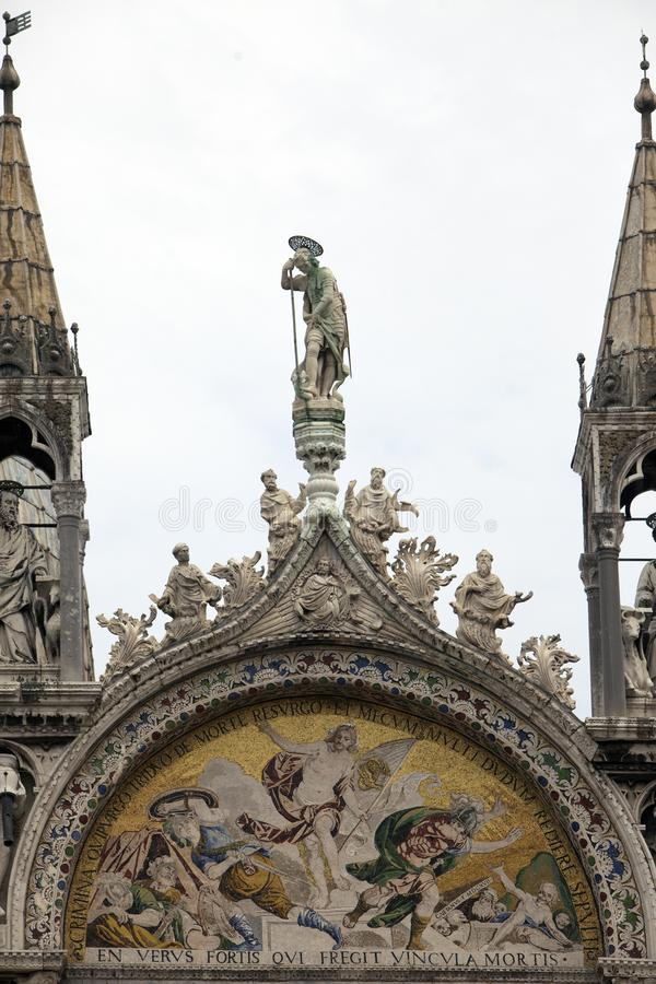 la estatua adorna el tejado de la basílica del ` s de di San Marco Saint Mark de la basílica en Venecia, Italia imagen de archivo libre de regalías