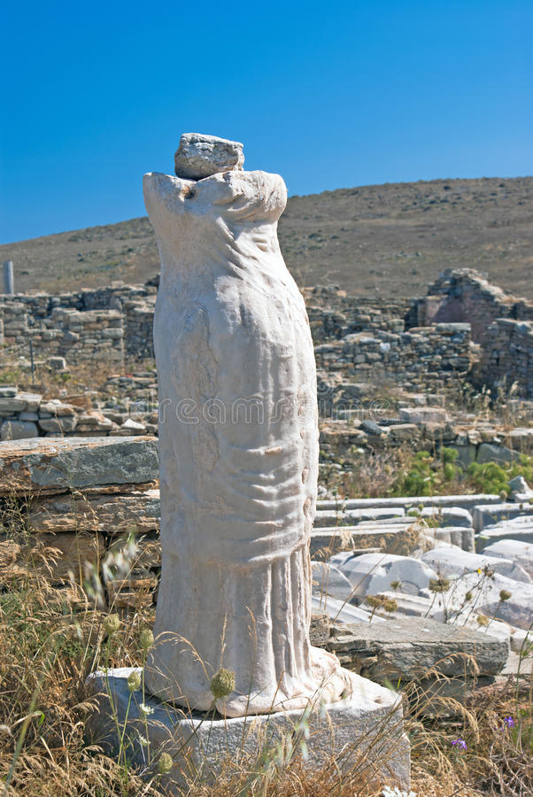 La estatua antigua de Artemis en el mármol blanco en la isla de Delos imagenes de archivo