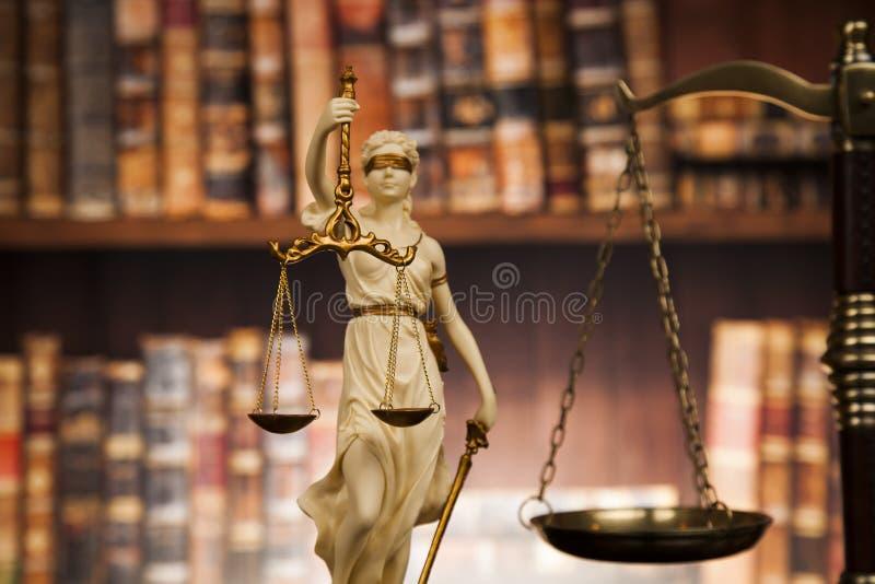 La estatua antigua de la justicia, ley, reserva el fondo imagenes de archivo