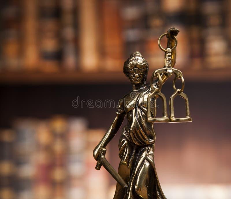 La estatua antigua de la justicia, ley, reserva el fondo imagen de archivo