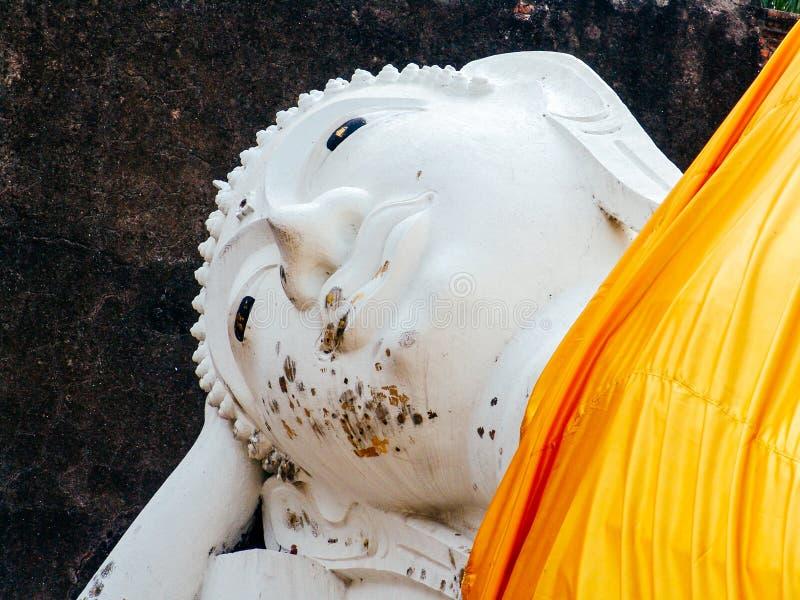 La estatua antigua de Leying Buda en Ayutthaya arruina el complejo, cerca de Bangkok, Tailandia foto de archivo
