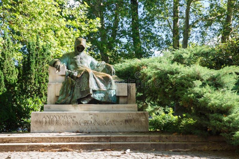 La estatua de Anonymus localizó en parque de la ciudad en el patio de Vajd foto de archivo libre de regalías