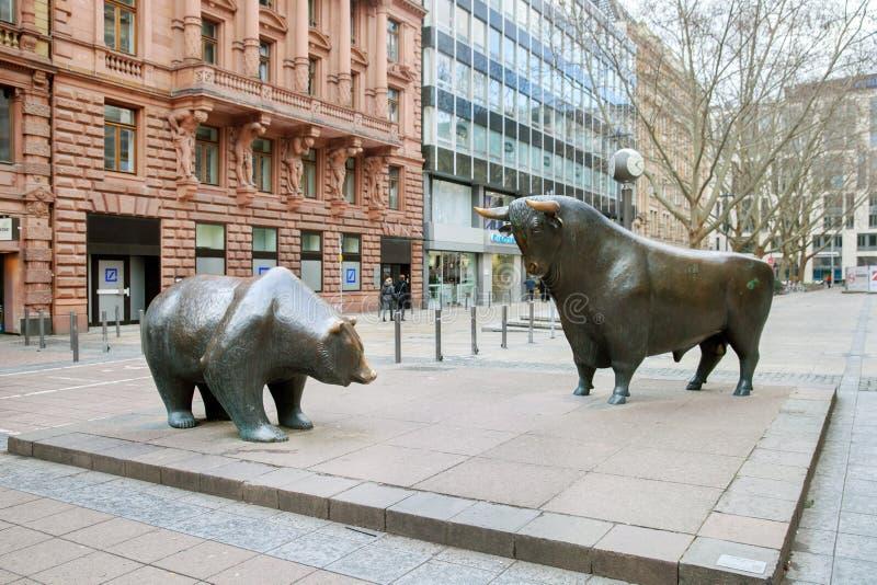 La estatua de bronce del oso y del toro en Francfort fotos de archivo