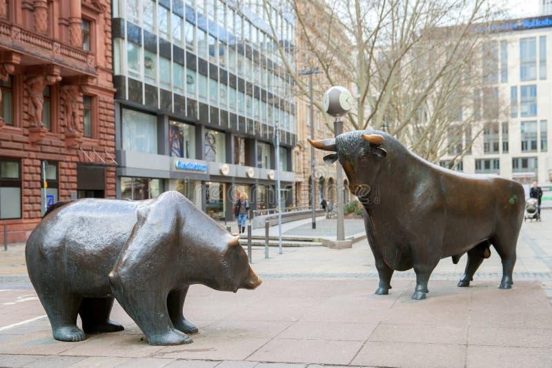 La estatua de bronce del toro y del oso imagenes de archivo
