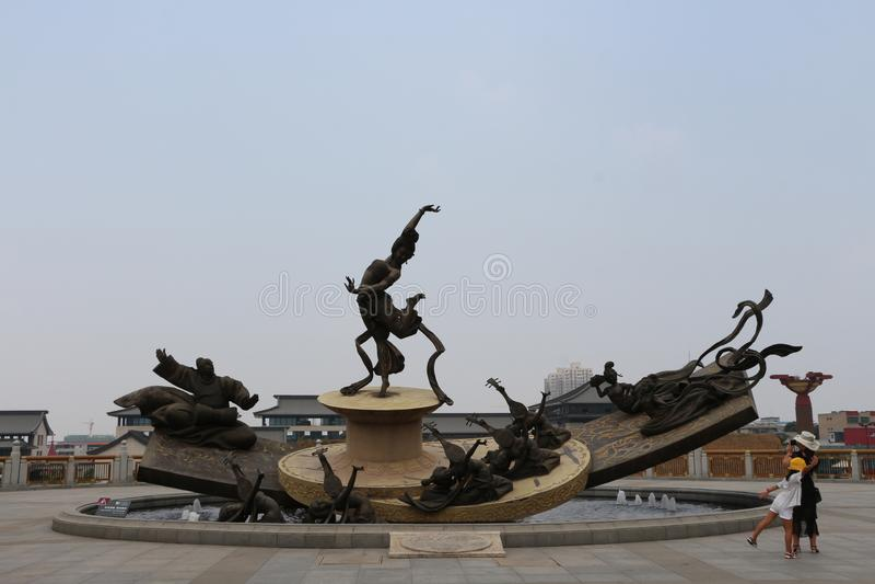 La estatua de bronce de Yang Yuhuan y de la niña en la ciudad de Huaqing de Tang Dynasty en Lintong, China foto de archivo
