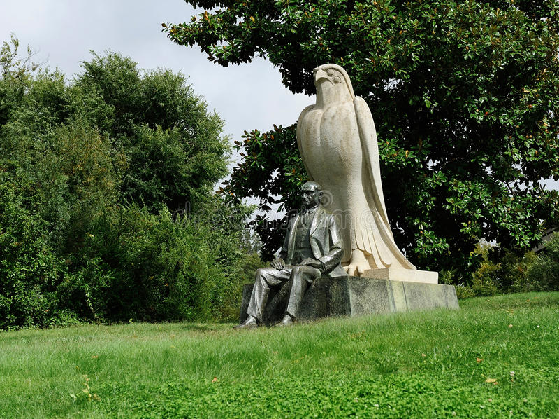 La estatua de Calouste Gulbenkian cerca de la fundación de Gulbenkian, L foto de archivo