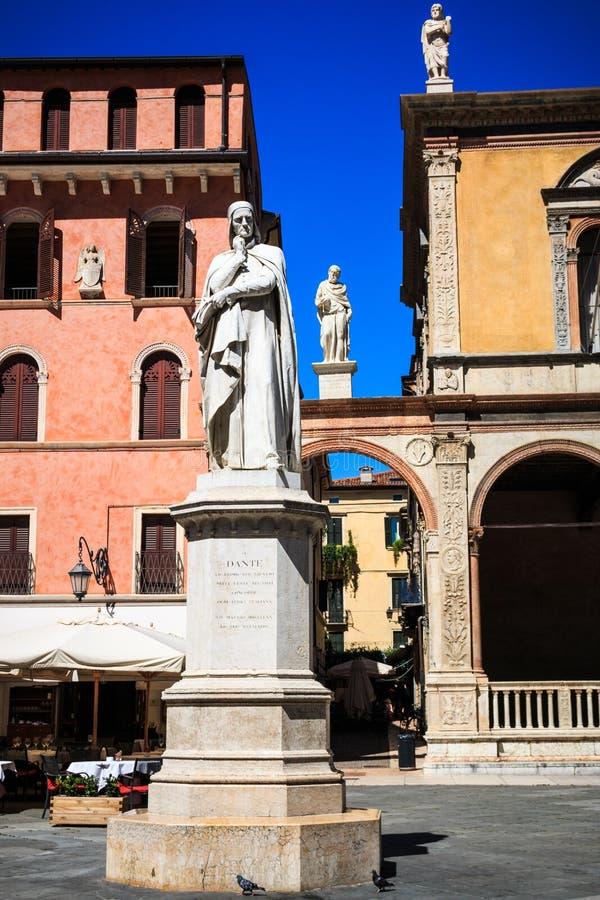 La estatua de Dante Alighieri en los Signori del dei de la plaza, Verona, Véneto, Italia fotos de archivo libres de regalías
