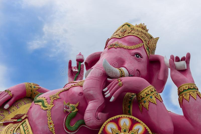 La estatua de descanso rosada de Ganesha, dios hindú, dios del éxito Estilo el dormir foto de archivo